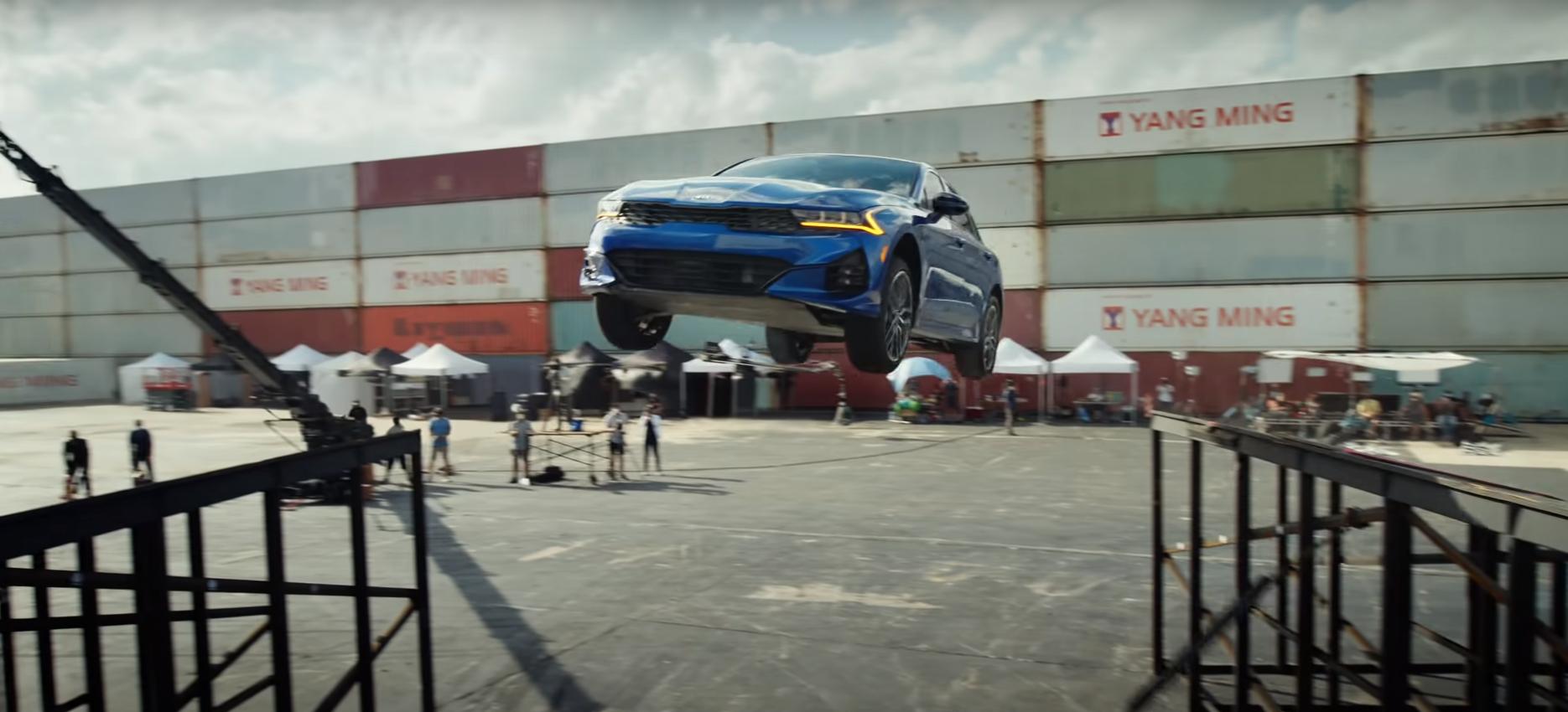 Реклама КИА К5 – захватывающий прыжок с разворотом